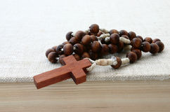 Rosario di legno sulla bibbia fotografia stock