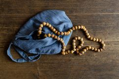 Rosario di legno Rosario di legno in una borsa blu su un pavimento di legno fotografie stock libere da diritti
