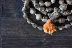 Rosario di mala di Japa - hinduism e rosario di buddism fatto dall'albero di tulsi per salmodiare di krishna della lepre immagine stock libera da diritti