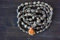 Rosario di mala di Japa - hinduism e rosario di buddism fatto dall'albero di tulsi per salmodiare di krishna della lepre fotografie stock libere da diritti