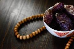 Rosario e date islamici del Ramadan per iftar Immagini Stock Libere da Diritti
