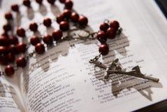 Rosario rosso e bibbia santa Fotografie Stock Libere da Diritti