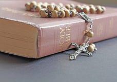 Rosario y biblia fotos de archivo