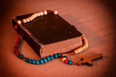 Rosario y libro de oración Foto de archivo