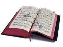 Rosario y libro de rezo imagen de archivo