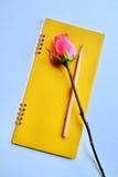 Rosarose auf Notizbuch lizenzfreie stockfotos