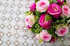 Rosarosenblumenstrauß auf weißer Häkelarbeittischdecke Lizenzfreie Stockfotografie
