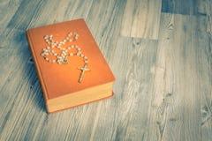 Rosary και βιβλίων τρύγος Στοκ φωτογραφίες με δικαίωμα ελεύθερης χρήσης