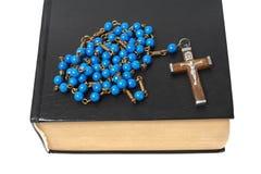 Rosary και ιερή Βίβλος στοκ φωτογραφίες