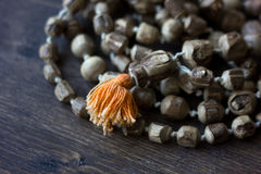 Rosary mala Japa - rosary hinduism και buddism έκανε από το δέντρο tulsi για krishna λαγών στοκ εικόνα