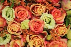 Rosas alaranjadas e amarelas em um ramalhete nupcial Fotos de Stock