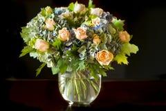Rosas alaranjadas e Hortensia azul fotografia de stock royalty free