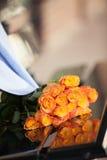 Rosas alaranjadas em uma data dos pares Fotografia de Stock