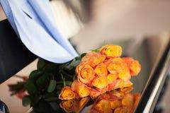 Rosas alaranjadas em uma data dos pares Fotos de Stock