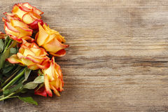 Rosas alaranjadas no fundo de madeira Imagem de Stock Royalty Free