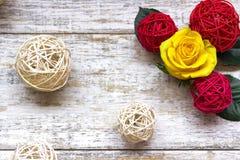 Rosas amarelas bonitas em um fundo de madeira Cores brilhantes Cartão para o dia do ` s das mulheres Imagens de Stock Royalty Free