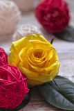 Rosas amarelas bonitas em um fundo de madeira Cores brilhantes Cartão para o dia do ` s das mulheres Imagens de Stock