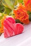 Rosas amarelas com coração do açúcar para o dia de mães Imagens de Stock