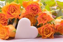 Rosas amarelas com coração do açúcar para o dia de mães Imagem de Stock