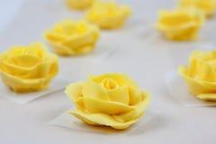 Rosas amarelas da crosta de gelo Foto de Stock Royalty Free