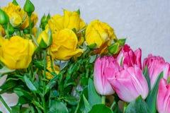 Rosas amarelas e tulipas vermelhas em um vaso foto de stock royalty free