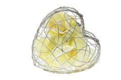 Rosas amarelas em caixa Heart-Shaped do metal imagens de stock royalty free