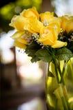 Rosas amarelas no jarro Foto de Stock