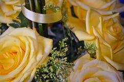 Rosas amarillas - centro de flores Foto de archivo