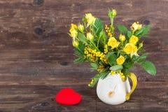 Rosas amarillas con el corazón leído Foto de archivo libre de regalías