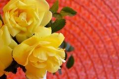 Rosas amarillas de Floribunda del primer en la estera anaranjada imagen de archivo libre de regalías