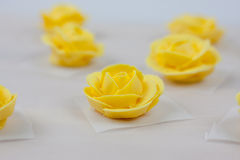 Rosas amarillas de la formación de hielo Foto de archivo