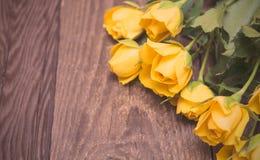 Rosas amarillas en un fondo de madera Día de Women s, tarjetas del día de San Valentín DA fotografía de archivo libre de regalías
