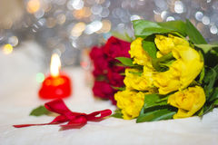 Rosas amarillas y arco Foto de archivo libre de regalías