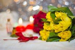 Rosas amarillas y rojas Foto de archivo libre de regalías