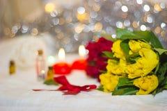Rosas amarillas y rojas con el arco rojo Imagenes de archivo