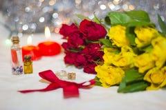 Rosas amarillas y rojas y bokeh en fondo Imágenes de archivo libres de regalías