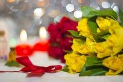 Rosas amarillas y velas en fondo Foto de archivo libre de regalías