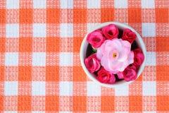 Rosas artificiales en el cuenco 2 Imagen de archivo libre de regalías