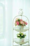 Rosas artificiales en la cesta Imagen de archivo libre de regalías