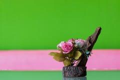 Rosas artificiales en la tabla Foto de archivo