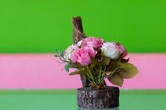 Rosas artificiales en la tabla Imagen de archivo libre de regalías