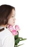 Rosas asiáticas del color de rosa del whith de la mujer joven Fotografía de archivo