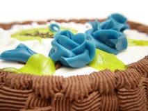 Rosas azuis no bolo Imagem de Stock Royalty Free