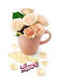 Rosas beige en una taza Imágenes de archivo libres de regalías