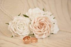 Rosas blancas con los anillos de bodas Fotografía de archivo libre de regalías