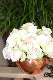 Rosas blancas del iceberg en un florero Imagen de archivo libre de regalías