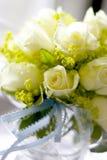 Rosas blancas en el tarro encendido naturalmente   Imagen de archivo libre de regalías