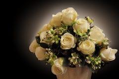 Rosas blancas en la oscuridad Foto de archivo libre de regalías