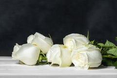 Rosas blancas en los tableros blancos Foto de archivo