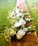 Rosas blancas en un banco antes de una boda del país Fotos de archivo libres de regalías
